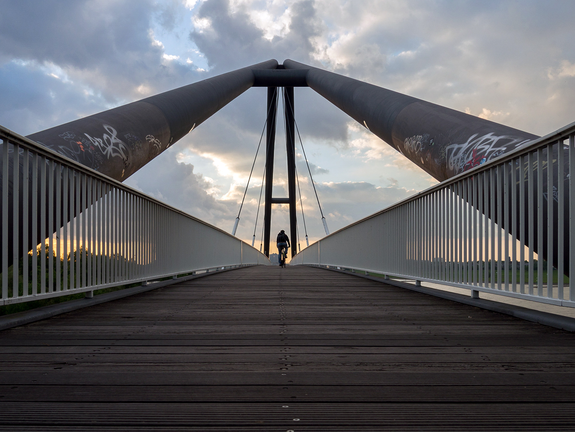 Dusseldorf architecture city guide. best architecture to see in Germany_RHEINKNIEBRÜCKE BRIDGE